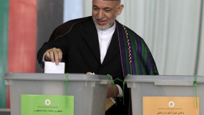 Hamid Karzai vota en un colegio de Kabul.