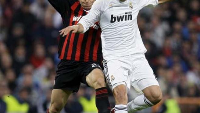 El madridista Kaká (d) lucha con Massimo Ambrosini (i) en el partido de Liga de Campeones en el Santiago Bernabéu.