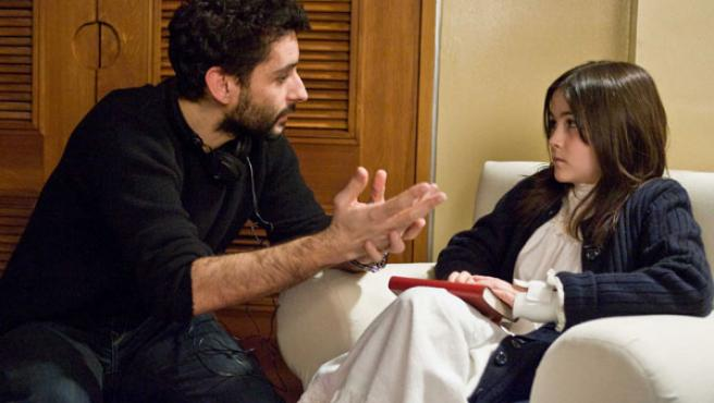 Jaume Collet-Serra dando instrucciones a la joven actriz Isabelle Fuhrman.