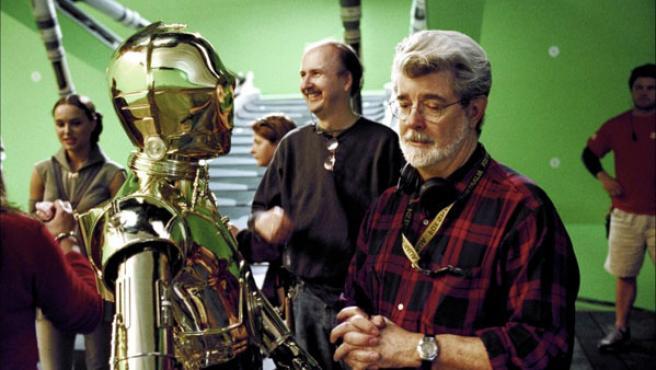 George Lucas con C3PO en un momento del rodaje de 'Star Wars. Episodio III: La venganza de los Sith'.