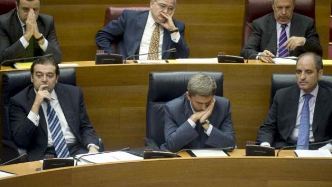 El president de la Generalitat, Francisco Camps (dcha abajo), durante el pleno de este jueves en Les Corts.