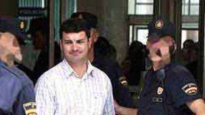 La Policía se lleva detenido a uno de los implicados en la trama de corrupción en el Ayuntamiento de El Ejido (Almería).