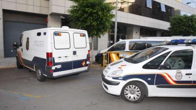 """La Policía Nacional conduce a los juzgados de Almería a varios de los detenidos en la """"Operación Poniente""""."""