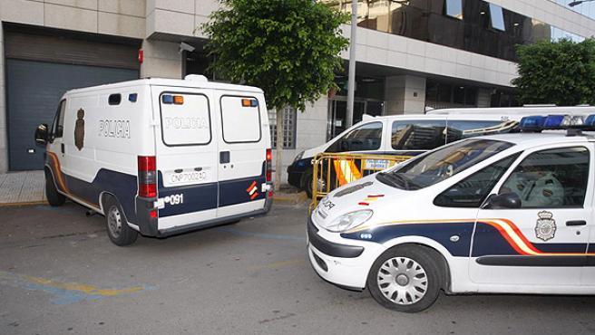 """La Policía Nacional conduce a los juzgados de Almería a varios detenidos en la operación """"Poniente"""" contra el blanqueo de capitales."""
