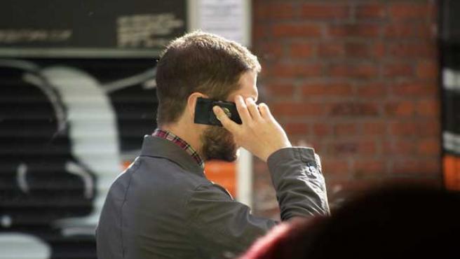 Hablando por el móvil.