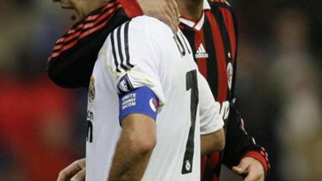 Raúl (izq.), en el Real Madrid-Milan.