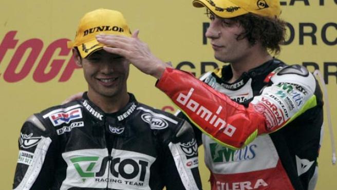 Hiroshi Aoyama (izq.) junto al corredor Marco Simoncelli, en el podio del GP de Malasia.