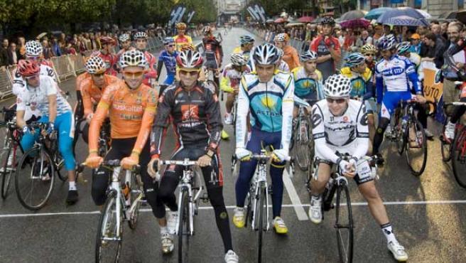 Los ciclistas Samuel Sánchez, ganador de la prueba, Alejandro Valverde, Alberto Contador y Carlos Sastre, posan para la prensa antes de comenzar el I Criterium Ciudad de Oviedo.