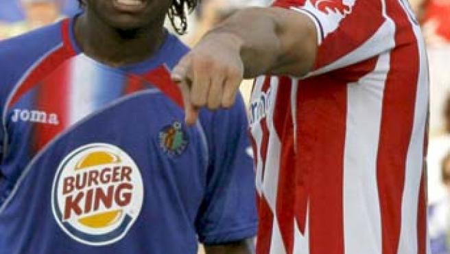 El centrocampista ganés del Getafe Derek Boateng defiende la posición del delantero del Athletic Fernando Llorente.
