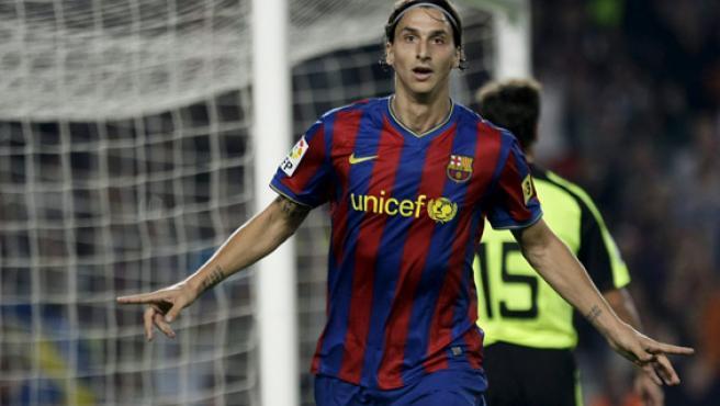 Zlatan Ibrahimovic celebra su segundo gol ante el Zaragoza en el Nou Camp.