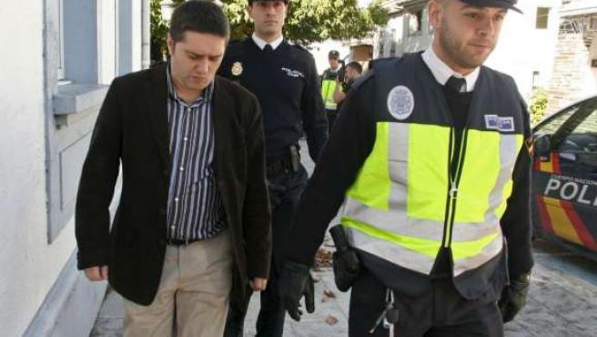 Varios miembros de la Policía Nacional trasladan detenido al alcalde del Ayuntamiento de Castro de Rei , Juan José Díaz Valiño.