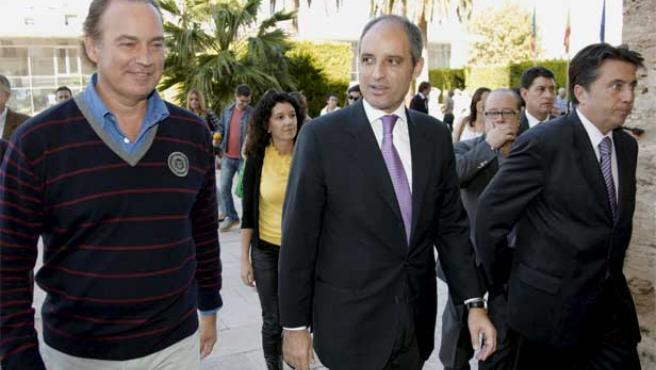 Francisco Camps (derecha) y Bertín Osborne (izda), a su llegada a la conferencia.
