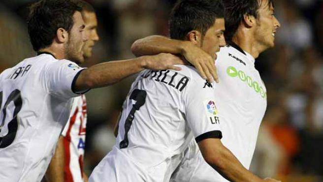 David Villa celebra uno de sus goles ante el Sporting con sus compañeros del Valencia.