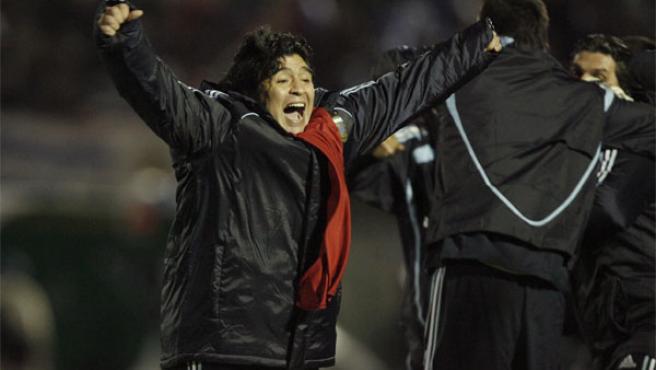 El entrenador de Argentina, Diego Armando Maradona, celebra la victoria ante Uruguay.