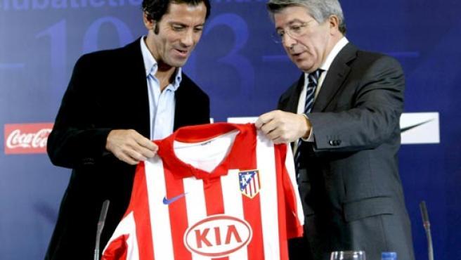 Quique Sánchez Flores (izda), junto al presidente del Atlético de Madrid, Enrique Cerezo.
