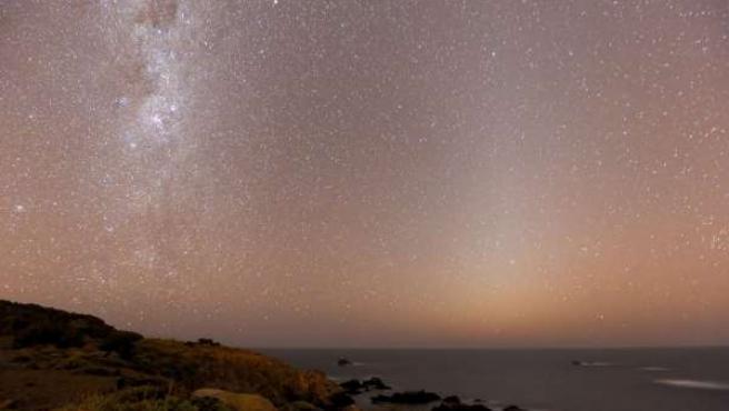 Luz zodiacal sobre Laguna Verde (Chile)