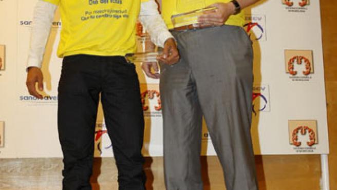 El ciclista Alberto Contador (izq) recibió uno de los premios Ictus 2009, en el Día del Ictus. Junto a él, Pablo Rivero Corte, director general de la Agencia de Calidad del Sistema de Salud del Ministerio de Salud y Politica Social.