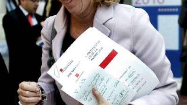 La presidenta de la Comunidad de Madrid, Esperanza Aguirre, tras la rueda de prensa que ha ofrecido al término de la reunión del Consejo de Gobierno.