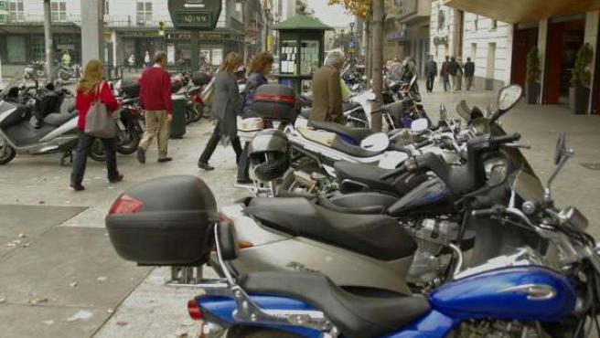 Decenas de motos se amontonan en la acera en el centro de Zaragoza.