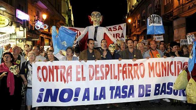 Manifestación en la madrileña Puerta del Sol para protestar contra el alcalde, Alberto Ruiz Gallardón, y el nuevo impuesto de basuras.