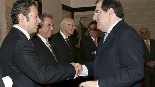 El presidente de la Junta de Castilla y León, Juan Vicente Herrera (a la derecha), saluda a los miembros del Consejo Asesor de la Fundación Centro Regional de Calidad y Acreditación Sanitaria de Castilla y León, en Valladolid.
