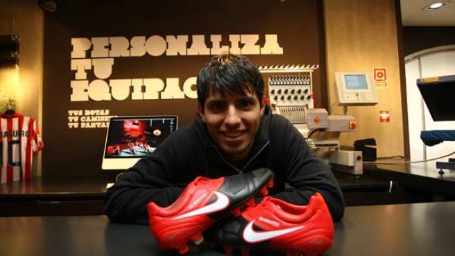 Sergio Agüero posa con sus nuevas botas.
