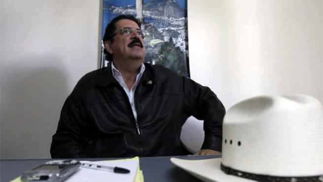 El depuesto presidente de Honduras, Manuel Zelaya, en una reunión.
