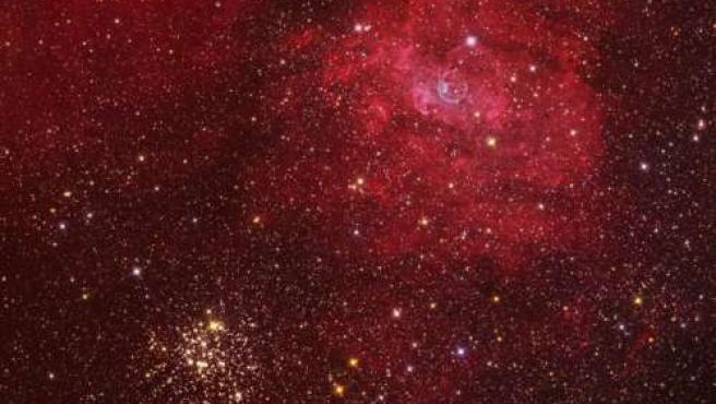 Imagne que capta el cúmulo estelar M52 y la nebulosa de la Burbuja.