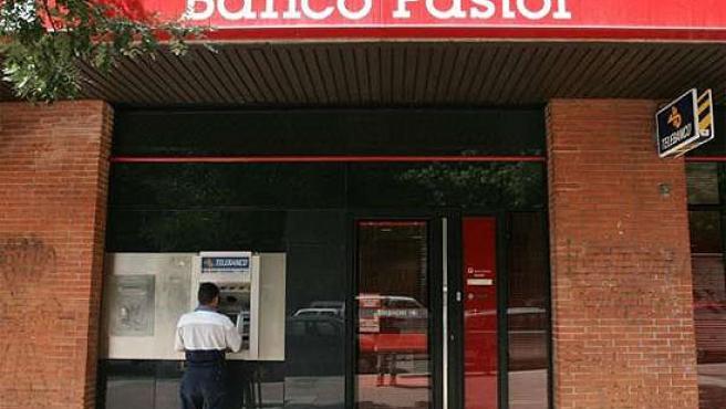 Un cliente en una sucursal de Banco Pastor.