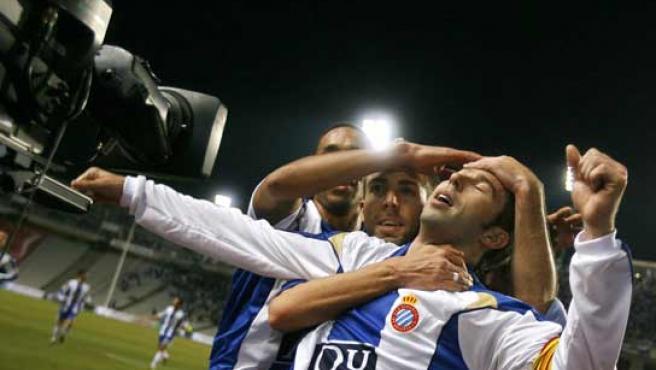 Tamudo, abrazado tras un gol del Espanyol.