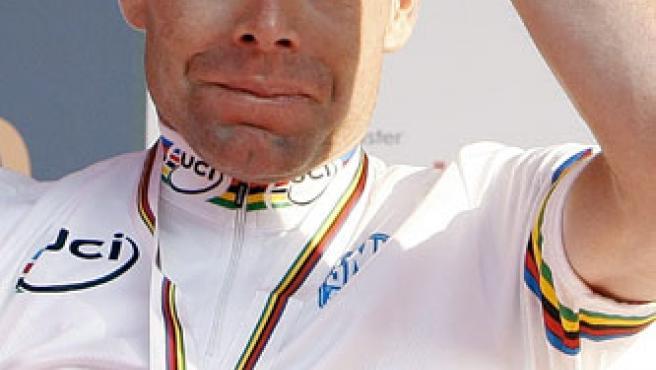 El corredor australiano Cadel Evans posa con la medalla de oro tras proclamarse nuevo campeón del mundo de ciclismo en ruta.