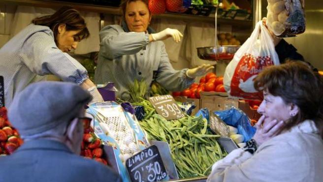 Un puesto de verduras y frutas en Zaragoza.