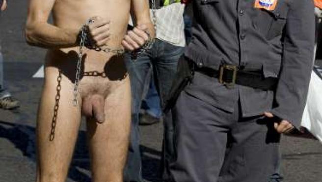 Un policía municipal se manifiesta desnudo junto a otro que parodia al alcalde de Madrid, Gallardón.