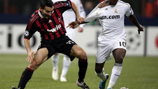 El jugador del AC Milan Zambrotta (i) lucha con Lass Diarra, del Real Madrid.