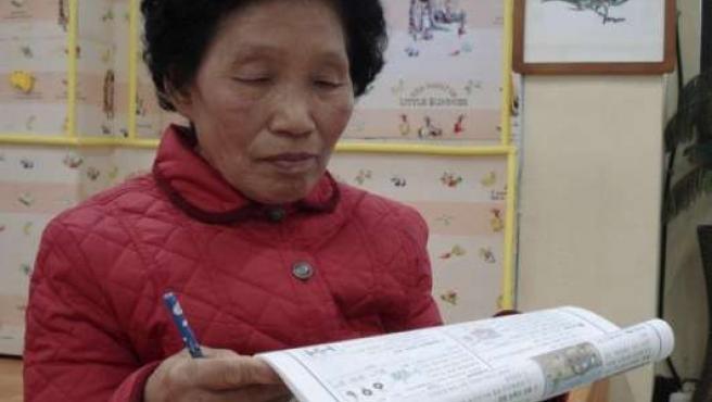 Imagen de Cha Sa-soon leyendo el test del examen teórico de conducir.