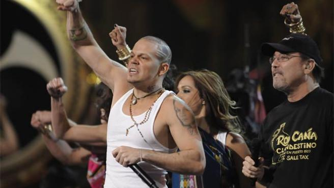René Pérez 'Residente' (izq.), de Calle 13, y Rubén Blades, durante la ceremonia de los Grammy Latino.
