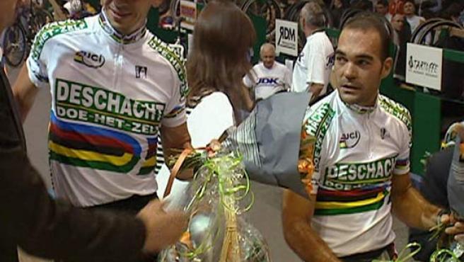 Captura de una imagen de vídeo de Isaac Gálvez, junto a Llaneras, momentos antes del inicio de la la prueba de madison. (Efe)
