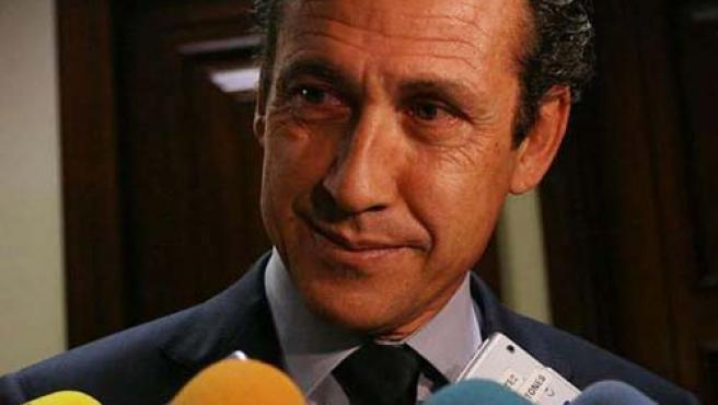 El directivo del Real Madrid Jorge Valdano atiende a los periodistas.
