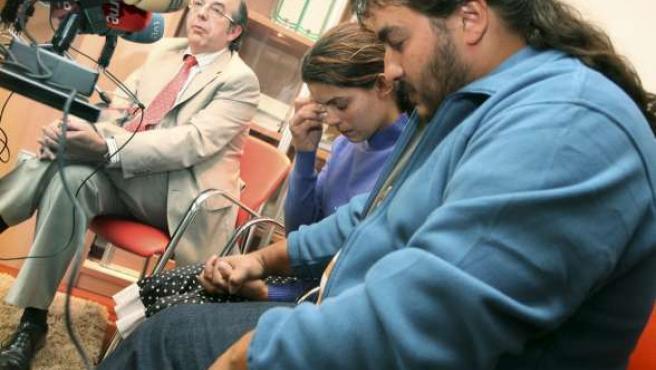 Los padres del niño con obesidad mórbida, en presencia de su abogado.