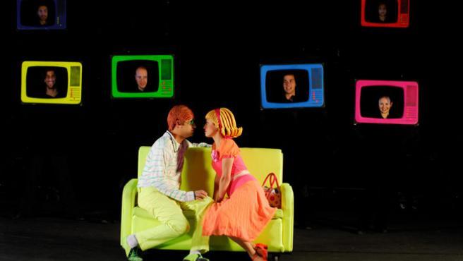 """Una escena de 'Glow!' en la que, además de los protagonistas, se ven los rostros de algunos """"actores invisibles""""."""