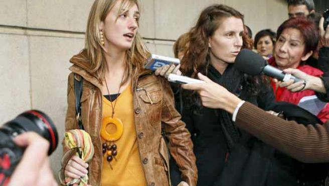 Cristina Blach (d), hija del patrón del pesquero 'Alakrana' y Argi Galbarriatu, hermana del capitán del barco, a su llegada a la a Audiencia Nacional.