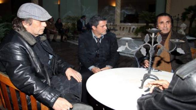 """El guitarrista junto al cantante Alejandro Sanz y Pepe de Lucía durante la capilla ardiente de Enrique Morente en 2010. """"No sólo se nos ha ido un artista genial sino, sobre todo, una de las personas más derechas y decentes que ha habido nunca en el flamenco. Le queríamos todos como a un familiar"""", dijo de él Paco de Lucía."""