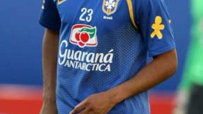 El jugador de la selección brasileña de fútbol Robinho juega con un balón