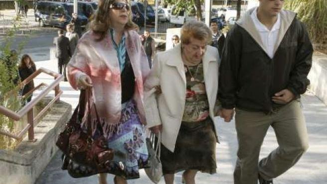 La madre de Carlos Palomino, María Victoria Muñoz (izquierda), junto a otros familiares, a su llegada a la Audiencia Provincial de Madrid.