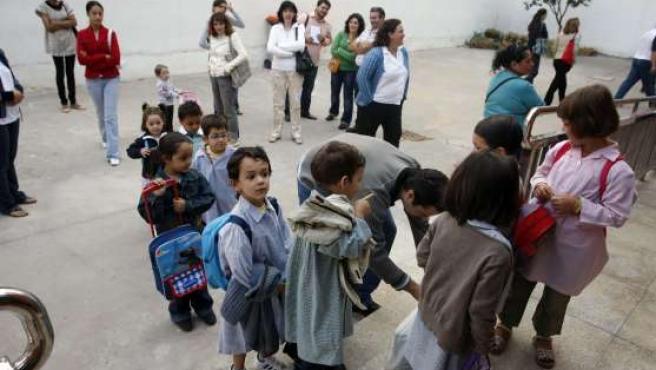 Un grupo de niños aguarda a entrar a clase.