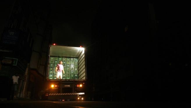 Un camión repartidor, en una calle completamente a oscuras del sector de Flamengo, en Río de Janeiro.