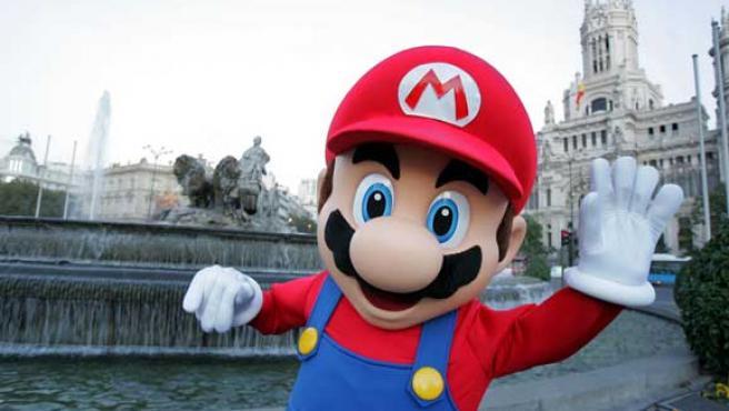 Mario ante la madrileña fuente de la Cibeles.