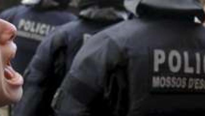 Una manifestante anti Bolonia increpa a los Mossos