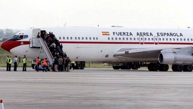 Agentes de seguridad embarcan en un avión de la Fuerza Aérea Española, un Boeing 707 de transporte de personal.