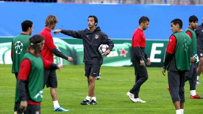 El entrenador del Atlético de Madrid, Quique Sánchez Flores da instrucciones a sus jugadores en un entrenamiento (4i)